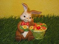 Goebel Hase  #554  Blumige Grüße - Hase mit Blumenkorb und Swarovski-Element
