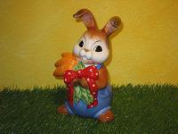 Goebel Hase  #587  Ganz viel Karotten für Dich XXL  -  Hase mit Karottenbündel  22,5cm