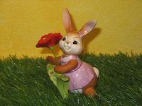Goebel Hase  #592  Erste Blüten  -  Hasendame mit Blüte und Swarovski - Element