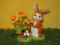 Goebel Hase  #606  Tanz in den Frühling  -  Hase mit Geige, Narzissen und Marienkäfern