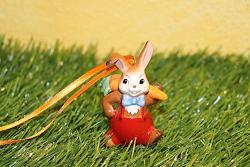 Goebel Hase  #677  Hängeornament Minihase  Möhrenlieferant  mit roter Hose und geschulterter Möhre