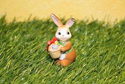 Goebel Hase  #717  Minihase - Fröhliche Ostergrüße - mit Osterkorb -  Höhe: 6 cm
