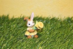 Goebel Hase  #718  Minihase - Leuchtender Frühlingsbote - mit Narzisse -  Höhe: 6 cm