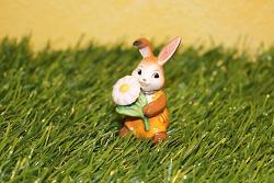 Goebel Hase  #719  Minihase - Zarte Wiesenblume - mit Gänseblümchen -  Höhe: 6 cm