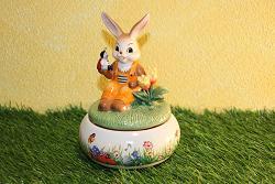 Goebel Hase  #724  Picknick im Frühling - Spieluhr